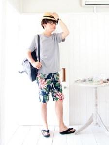 メンズの夏コーデのショートパンツ|ボタニカル柄