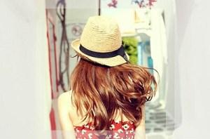 麦わら帽子を被った女性