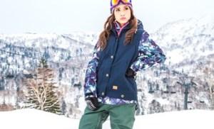 トレンドのスノボウェアを着ている女性