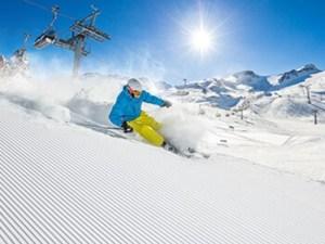 スキーで滑走する男性