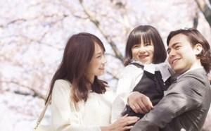 家族で入学式に参加するシーン