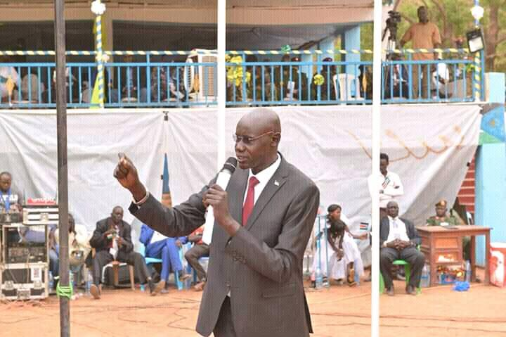 Former governor of the defunct Western Lakes state John Deng Mamer addressing a public gathering when he was a governor (Photo credit: Supplied/Nyamilepedia)