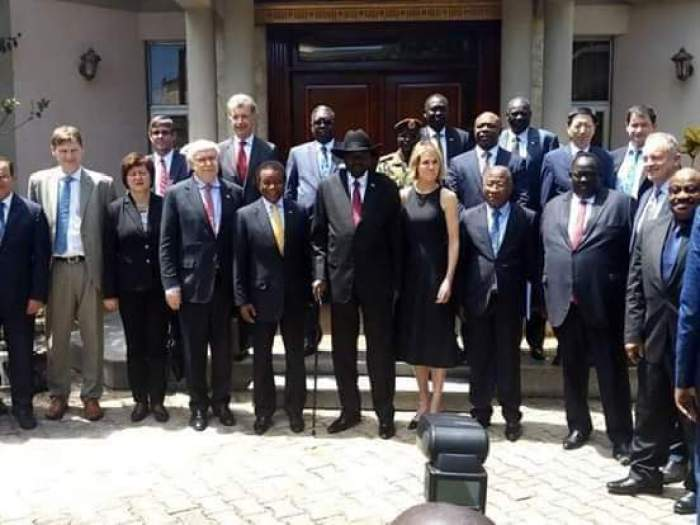 Kiir posts for a photo after meeting UNSC delegation in Juba (File/Supplied/Nyamilepedia)