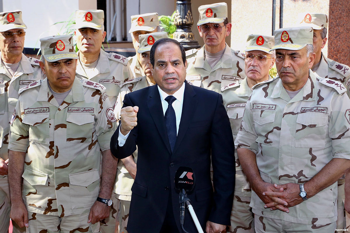 Egyptian president Abdel Fattah al-Sisis [center] posting for a photo with Egyptian military commander [Photo credit: Middle East Monitor]