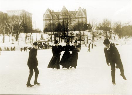 https://i2.wp.com/www.nycgovparks.org/sub_about/parks_history/ice_skating_images/large/Ice-Skating-at-72nd-Street-Lake_Central-Park.jpg