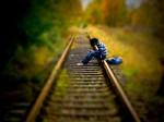 Das Henne Emo auf den Schienen sitzend und wartend auf den Zug