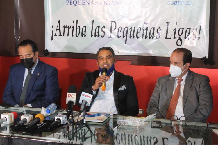 Quilvio Veras Pérez (centro), junto a los vice ministros Franklin de la Mota, izquierdos y Alberto Rodríguez, en la rueda de prensa donde se anunciaron los acuerdos y planes del Comisionado de Béisbol de Pequeñas Ligas. (Fuente externa).