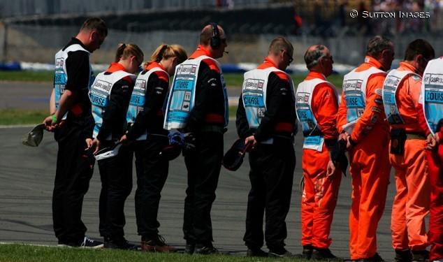 Los comisarios guardan un minuto de silencio en Silverstone en 2005.
