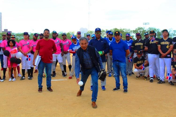 Manolo Prince, Inmortal del Deporte Dominicano, realiza el lanzamiento de la primera bola
