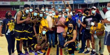 El Club Mauricio Báez celebra la obtención del trofeo de campeón luego de vencer a San Lázaro en el tercer partido de la serie final del torneo de baloncesto del Distrito Nacional.