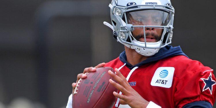 Dak Prescott está preparando la temporada 2021-22 de la NFL con los Cowboys.