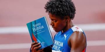 La dominicana Marileidy Paulino muestra un ejemplar de la Biblia tras conseguir la medalla de plata en la prueba de 400m femenino en los Juegos Olímpicos de Tokio 2020 este viernes en el estadio olímpico en Tokio (Japón). (EFE/ Juan Ignacio Roncoroni).