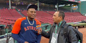 Framber Valdez, conversando con Agustín Zapata en Fenway Park.