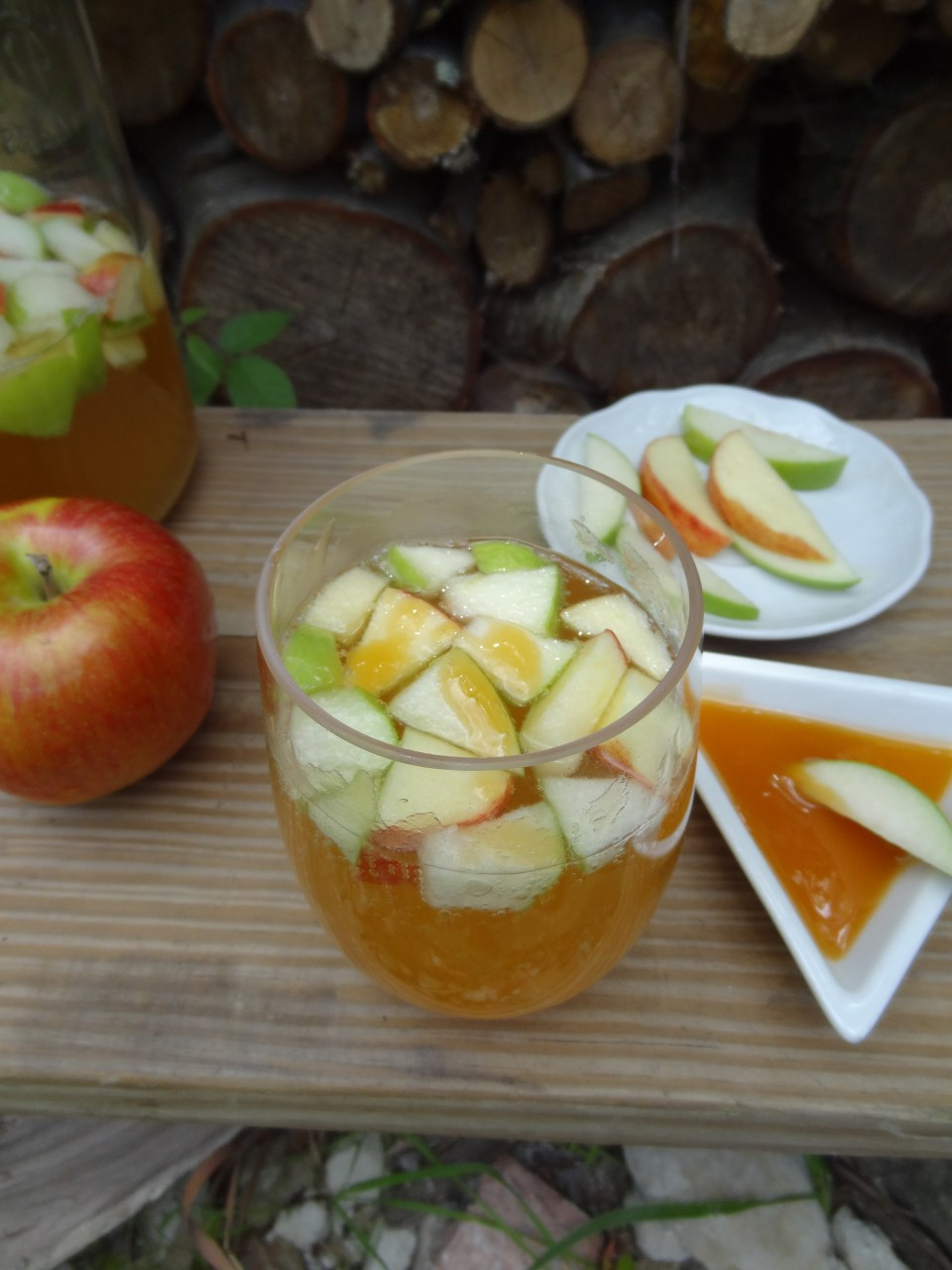 Welcome Autumn with these delicious Sparkling Apple Cider Drinks - The perfect way to celebrate! #falldrinks #apple