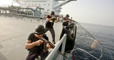 Palkatut turvajoukot suojelevat rahtilaivoja merirosvoilta, video taisteluista