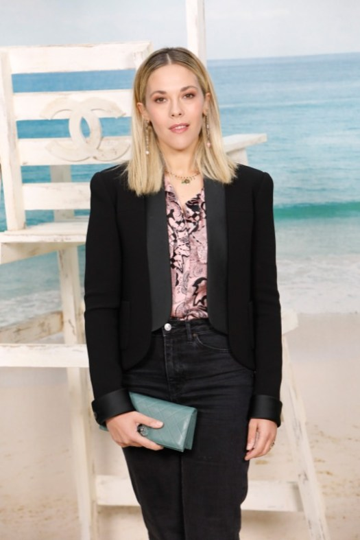 The French actress, ALYSSON PARADIS, wore a pink printed silk shirt, look 46, from the Fall-Winter 2018/19 Ready-to-Wear collection with a black silk jacket. CHANEL bag and shoes. CHANEL Makeup
