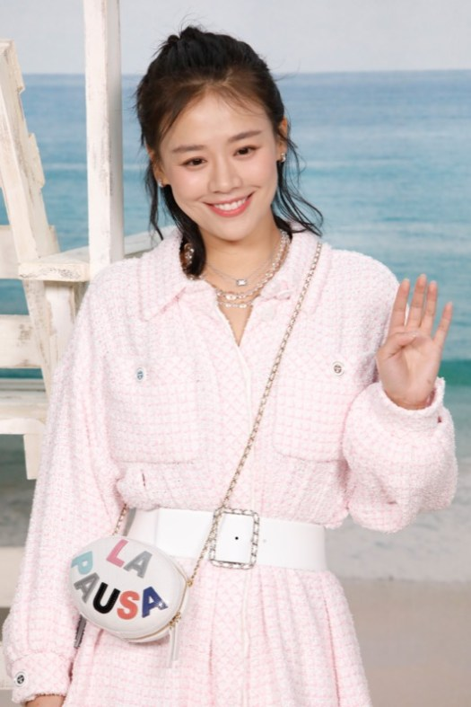 The Chinese actress, SANDRA MA, wore a pink tweed dress, look 31, from the Cruise 2019 Ready-to-Wear collection. CHANEL bag & shoes. CHANEL Fine Jewellery, Coco Crush rings in 18K white gold and Coco Crush necklace in 18K white gold and diamonds. CHANEL Makeup