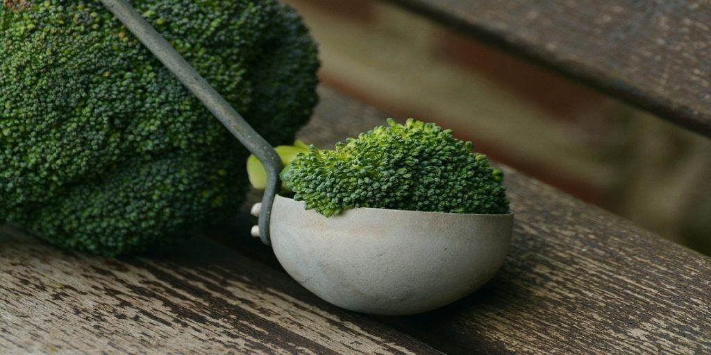 cazo con brócoli fresco