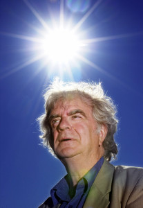 Oslo 20020912 Poeten Jan Erik Vold. Blå himmel og sol i bakgrunnen. Foto: Erlend Aas / Scanpix