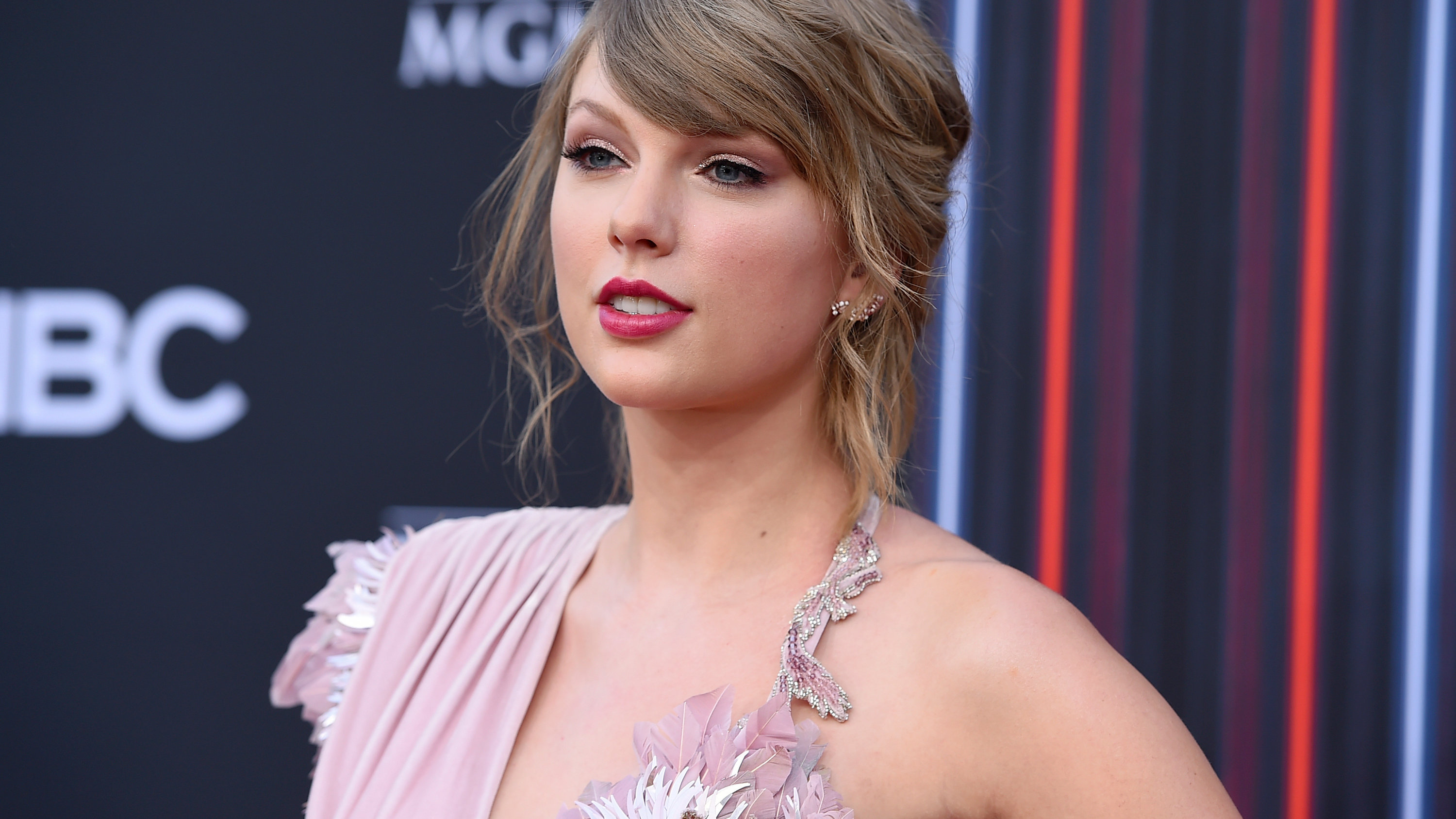 Taylor Swift's Politics and More: Your Monday Pop Culture Cheat