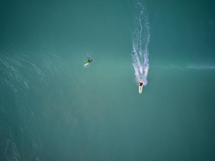 沖側で待っているサーファーに優先権があるのがサーフィンのルール
