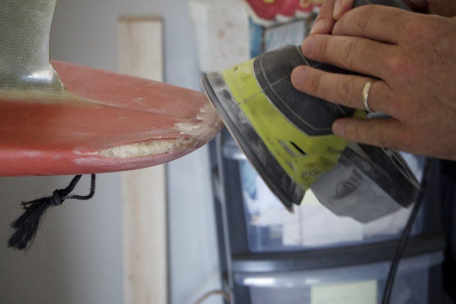 リペア作業前に補修箇所の表面をサンダーで慣らす(レジンの食いつきが良くなる)