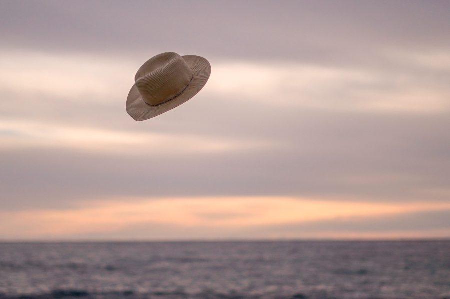 サーフィン中に帽子をかぶることで紫外線対策になる