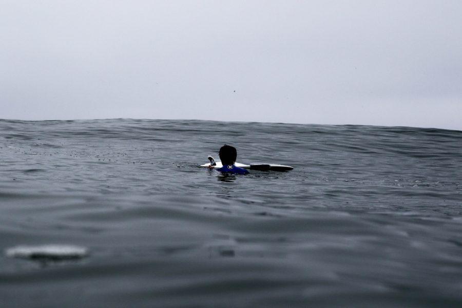 サーファーあるある・ワイプアウトの後にフィンのチェックを始める