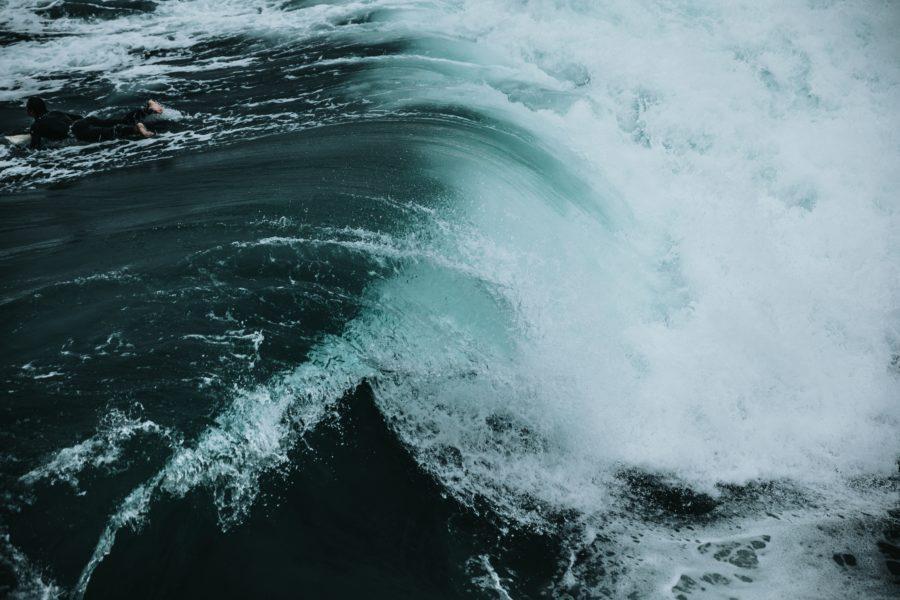 力強い波はいとも簡単にサーフボードを真っ二つにする