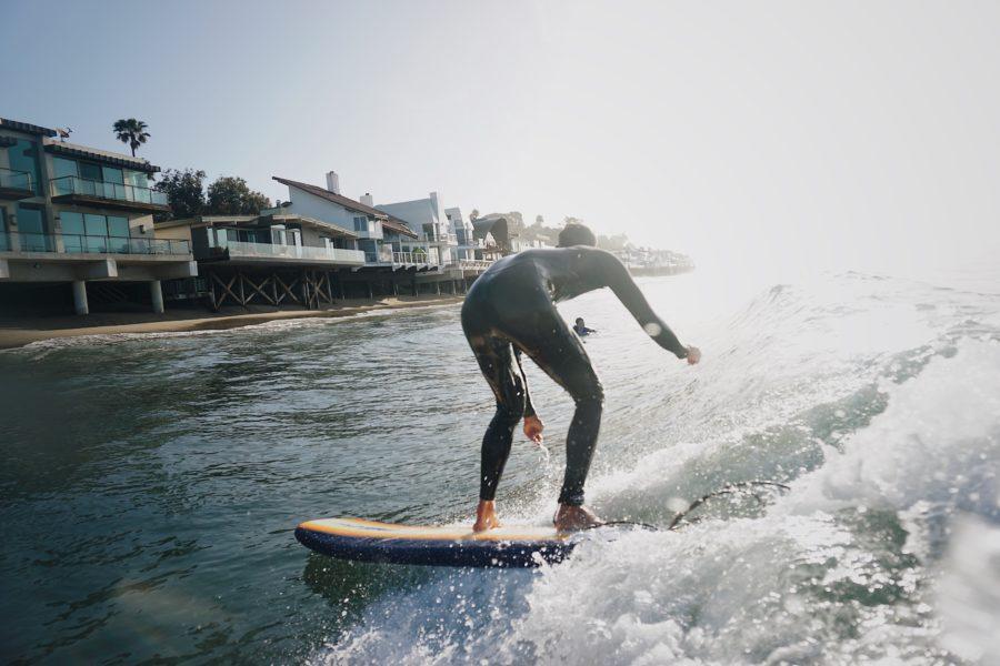 重心を落としきれていない初心者サーファーの例