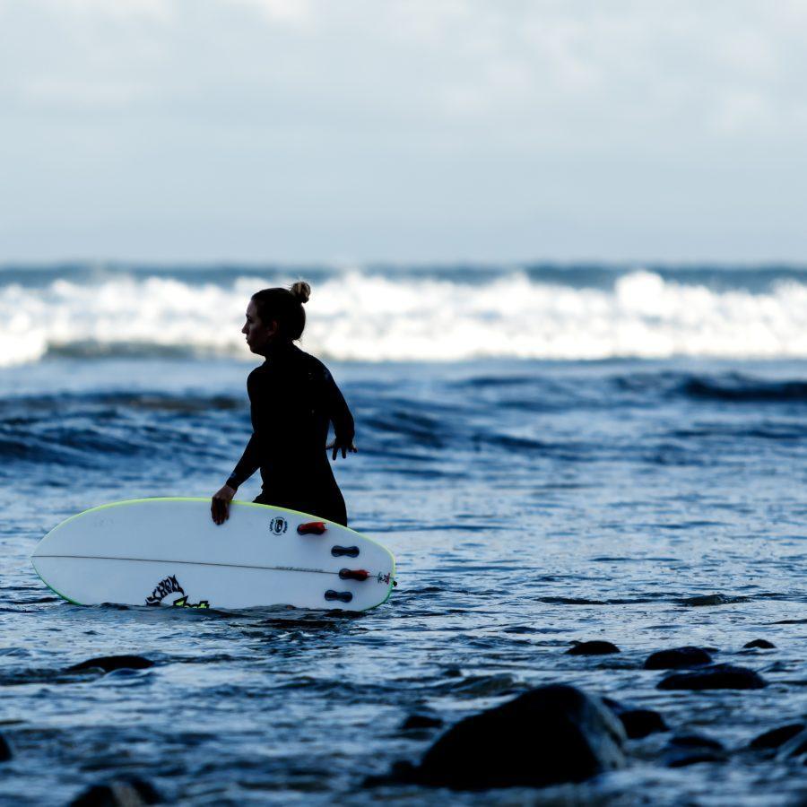 水深が浅いところでは歩いて沖に出よう