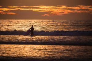 パドリングを始めるタイミングはいつ?歩いて最初の波を乗り越える方法