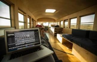Ο φοιτητής που ζει σαν βασιλιάς μέσα σε ένα λεωφορείο (video)