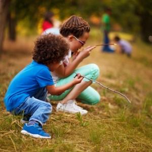 deux enfants jouant dehors