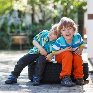 deux jeunes garçons qui rient