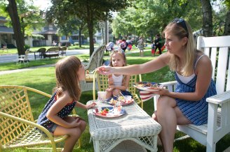 Kristie House, right, gives a bite of French toast to her daughter, Emma, while they and Kaylee Lukaiewicz eat breakfast before the start of the parade.