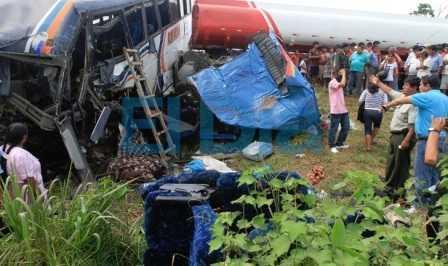 Parte da frente do ônibus ficou totalmente destruida após choque contra caminhão pipa - EL DÍA/Juan Carlos Torrejón.