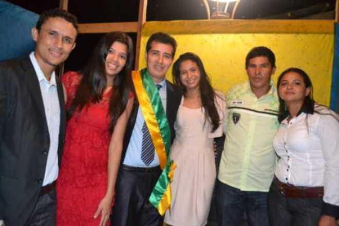 Betinho com a noiva, Aline Alves e amigos comemoram o novo momento em Assis Brasil