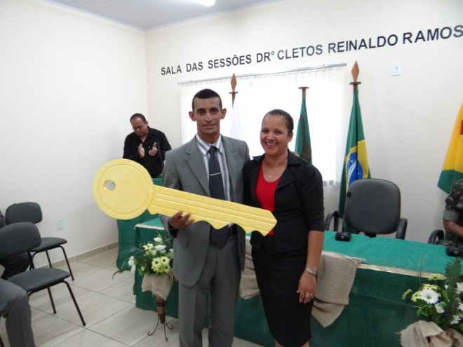 Neudo Lopes da Silva (PT), recebendo a chave simbólica da presidencia da Mesa Diretora da Câmara Municipal de Assis Brasil