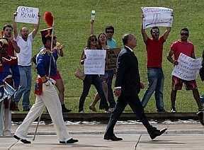 """Beto Barata/AE """"'Até quando o Poder Legislativo envergonhará o Brasil?', perguntava cartaz"""""""