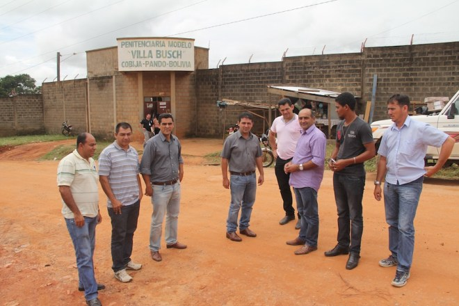 Prefeito, vereadores e secretarios foram ver de perto a realidade do presídio de Villa Bush, onde aconteceu a rebelião e morte de um braisileiro - Foto: Alexandre Lima