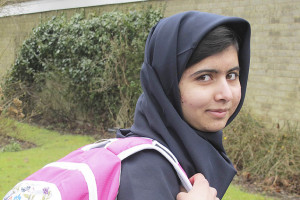 A paquistanesa Malala Yousufzai, vai à escola na Inglaterra, pela primeira vez depois que foi baleada na cabeça - Edelman/Reuters