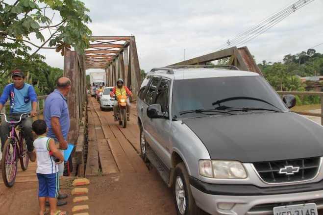 Tráfego para qualquer tipo de veículo está se tornado um caos na fronteira - Foto: Alexandre Lima