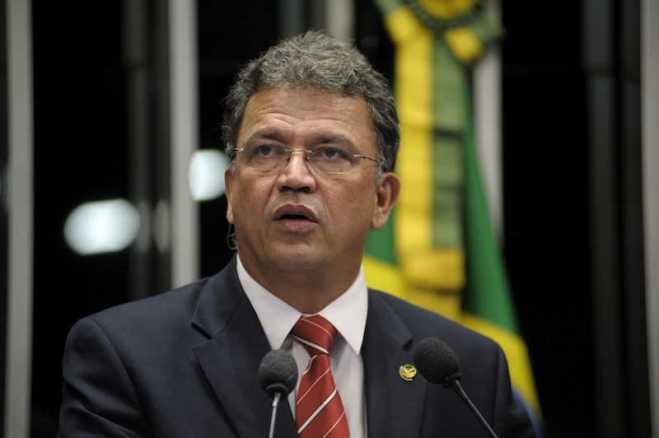 """Senador Sérgio Petecão (PSD-AC) pede para a presidente da República, Dilma Rousseff, """"devolver o fuso horário do povo do Acre"""""""
