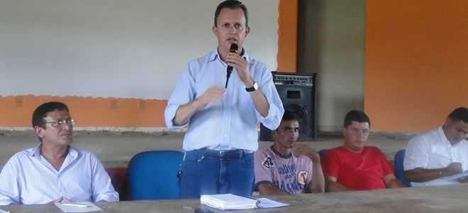 O superintendente o Incra, Idésio Luis Franke reuniu no último fim de semana com os cerca de 130 invasores da Fazenda Canary