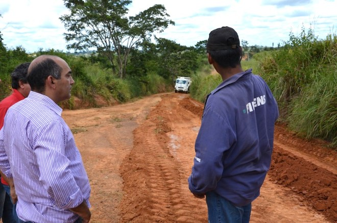Everaldo Gomes, (e), vem acompanhando de perto os trabalhos de melhoramento dos ramais com a chegada do verão na região - Foto: Assessoria