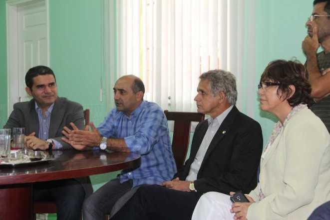 Prefeito Everaldo Gomes (camisa azul),ladeado pelos deputados Jamil Asfury, Elson Santiago e Marileide Serafim em seu gabinete - Foto: Alexandre Lima