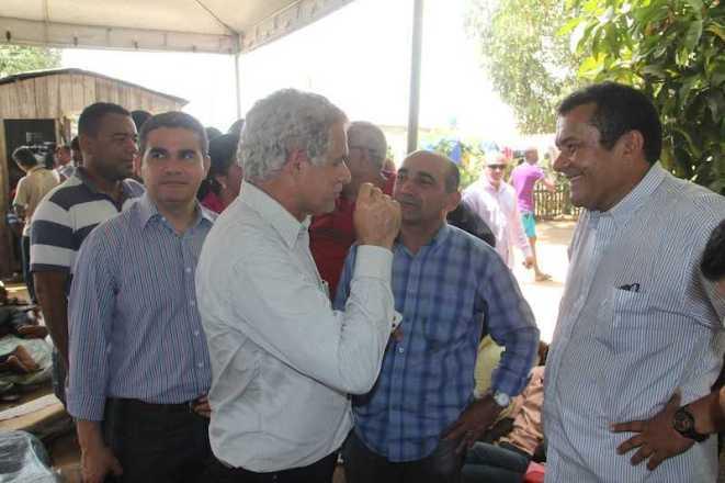 Representante do Estado que coordena o local onde estão os refugiados, Damião Borges (dir), recebeu os parlamentares, prefeito e vereadores - Foto: Alexandre Lima