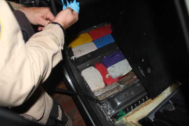 Todo o assoalho do carro foi forrado com droga - Foto: Alexandre Lima