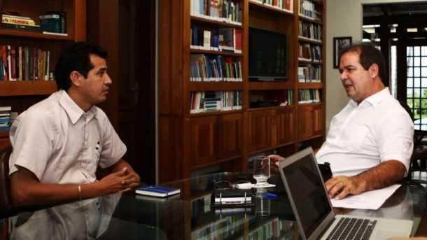 Governador recebe prefeito de Assis Brasil e firma convênio para a recuperação de patrulha mecanizada (Foto: Sérgio Vale/Secom)